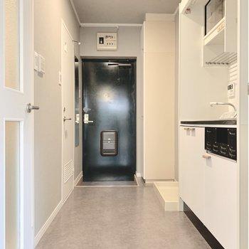 キッチンの向かいがお風呂なので、廊下は脱衣所も兼ねるのです。(写真は前回工事した同間取り別部屋のものです)