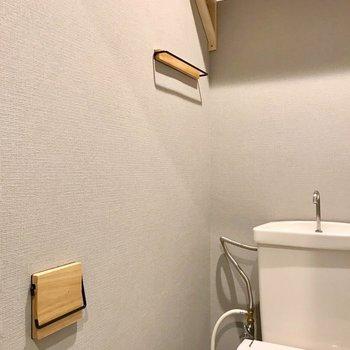 棚やペーパーホルダー、タオル掛けも木製で統一。