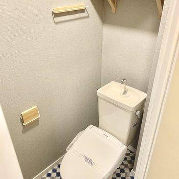 トイレはウォシュレット付きのものに交換。棚やペーパーホルダー、タオル掛けも木製で統一!(写真は前回工事した同間取り別部屋のものです)
