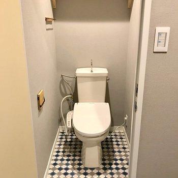 トイレはウォシュレット付きのものに交換。床も壁も天井も素敵でしょ?