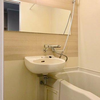 お風呂は2点ユニット、浴室乾燥機付き!横長の鏡と木目のクロスがポイントです。