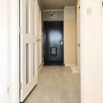 廊下はグレーで統一。