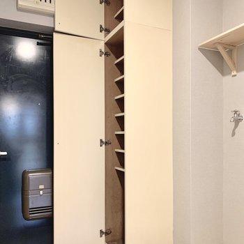 シューズボックスも天井まで大容量!お洒落さんも安心です。(写真は前回工事した同間取り別部屋のものです)