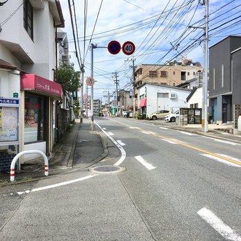ちょっと歩くと大通り。バスはこの通りで乗りましょ〜!