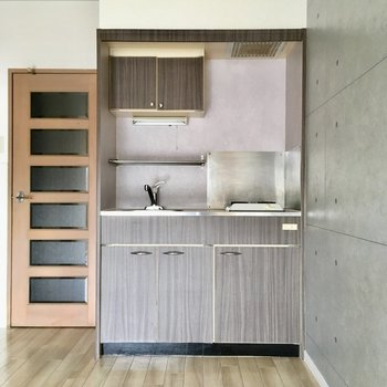 キッチンはコンパクトサイズ。(※写真は清掃前のものです)