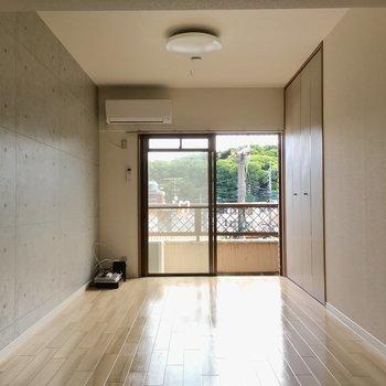 窓側にベッドスペース!壁付けでスッキリと見せましょう。(※写真は清掃前のものです)