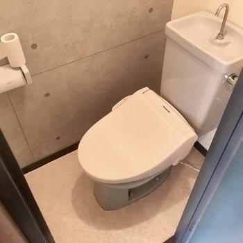トイレはウォシュレット付き。こちらもコンクリ風の壁紙です。(※写真は清掃前のものです)