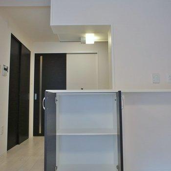 キッチン裏側にも収納できちゃいます※写真は同タイプの別室。反転タイプです。