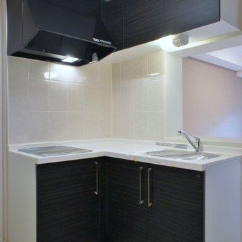 L字型のキッチンは収納もばっちり※写真は同タイプの別室。反転タイプです。