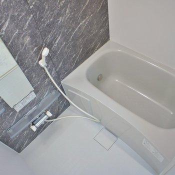 お風呂は普通サイズ。浴室乾燥ももちろんついています※写真は同タイプの別室。反転タイプです。