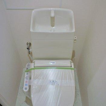 トイレにも収納ありますよ※写真は同タイプの別室。反転タイプです。