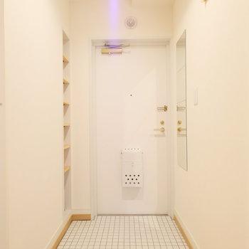 玄関は真っ白な爽やかタイルがお出迎え。※写真は前回募集時のもの