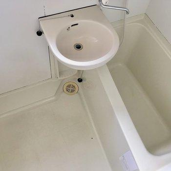 お風呂は2点ユニットです。シャンプーなどを置く台はご用意を。※写真はクリーニング前のものです。※写真は4階の似た間取り別部屋のものです