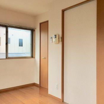 角にはクローゼット。※写真はクリーニング前のものです。※写真は4階の似た間取り別部屋のものです