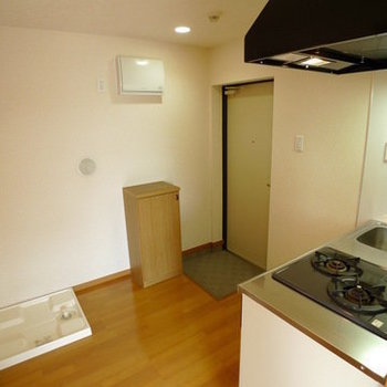 キッチンの傍に洗濯パンと玄関が!※写真は4階の似た間取り別部屋のものです