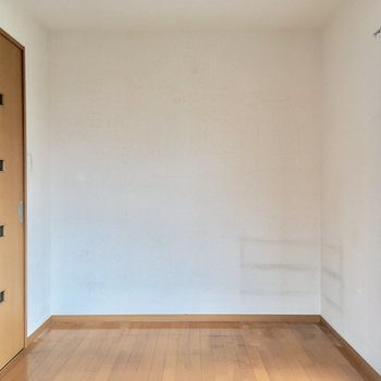 居室に入って左を向くと。ここにベッドですね。※写真はクリーニング前のものです。※写真は4階の似た間取り別部屋のものです