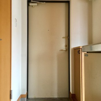 玄関へ。鬱箱上に鍵やルームフレグランスを置いて。※写真はクリーニング前のものです。※写真は4階の似た間取り別部屋のものです