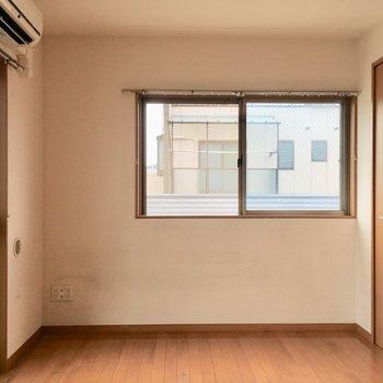 2面採光の風通りが良いお部屋です。※写真はクリーニング前のものです。※写真は4階の似た間取り別部屋のものです