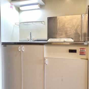 キッチンは上下に収納が。上の棚に食器をしまえそう。
