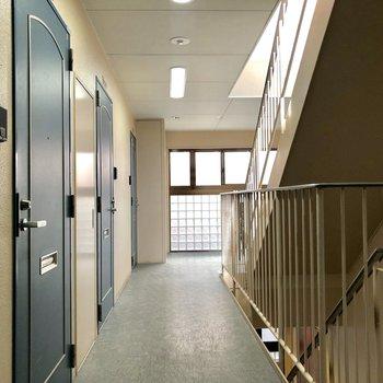 室内の共用廊下。雨の日も安心ですね。