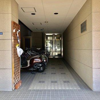 自転車置き場は安心の屋根付きです。