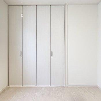 扉も白くて圧迫感がありません!