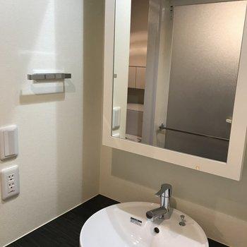 洗面台はシンプルでモダン※写真は8階の同間取り別部屋のものです