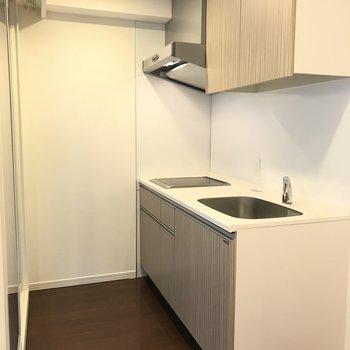 キッチンもコンパクトですが※写真は8階の同間取り別部屋のものです