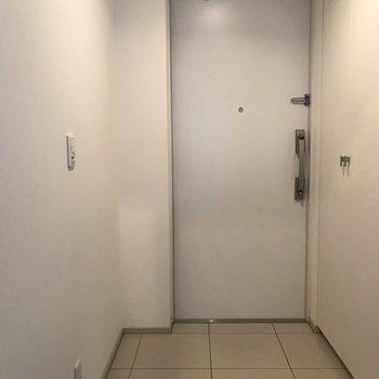 玄関には大きめの収納が、、※写真は8階の同間取り別部屋のものです