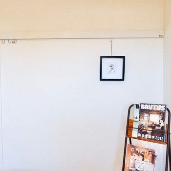 【6.1帖洋室】こちらのレールには思い出の写真など吊るしましょうか。