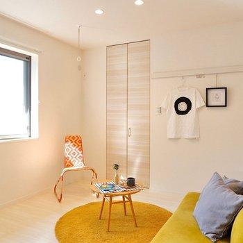 【5.4帖洋室】リビングと隣接している洋室なので、クッションなどおいてリラックスルームに。