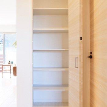 キッチン横にも料理ストック用などで役立ちそうな棚があります。