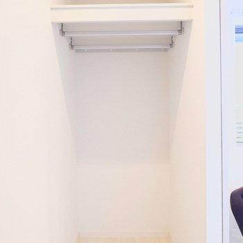 【6.1帖洋室】ウォークインクローゼットは2本のハンガーポールがあります。