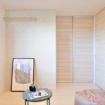 【6.1帖洋室】寝室として窓際にベッドを寄せるとダブルベッドも入りそうです。