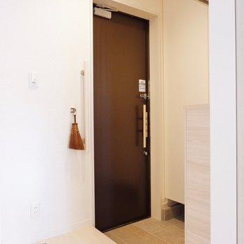 玄関にはフックがあり、ペットの散歩道具を吊るしたりも出来ますね。