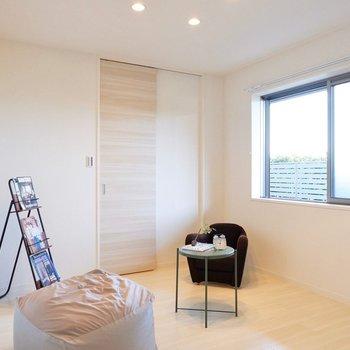 【6.1帖洋室】こちらは爽やかなボタニカル柄のアクセントが特徴のお部屋です。
