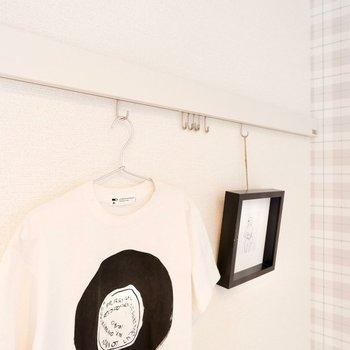 【5.4帖洋室】ピクチャーレールはイラストなども吊るせるようになっています。