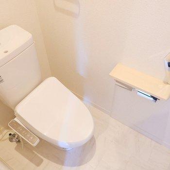 トイレ上にも扉付きの収納棚がありました。
