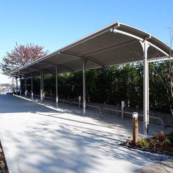 駐輪場は屋根付きで雨の日も安心です。
