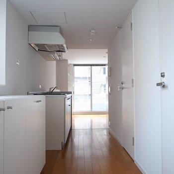 玄関から※写真は3階の同間取り別部屋のものです