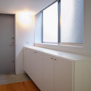 たっぷり、立派な玄関収納です。※写真は3階の同間取り別部屋のものです