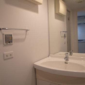 プレーンな雰囲気の洗面所。※写真は3階の同間取り別部屋のものです
