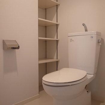 トイレも、棚がしっかり。※写真は3階の同間取り別部屋のものです