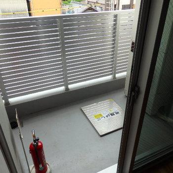 1階にバルコニーがあります。オール電化なので、電気給湯器が置いてあります(※写真は6階の同間取り別部屋のものです)