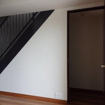 階段下はすべて収納になっているんですよ!(※写真は6階の同間取り別部屋のものです)