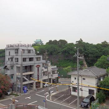 目の前に名城公園の緑!天守閣もちらっと見えますね(※写真は6階の別部屋からのものです)