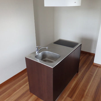 IH2口のシンプルオシャレなキッチン(※写真は6階の同間取り別部屋のものです)