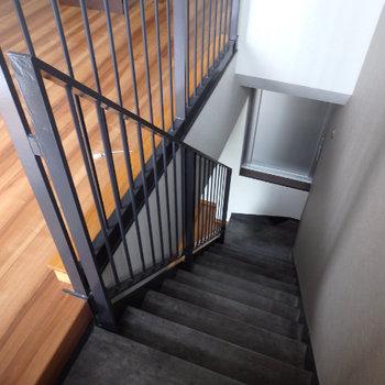 階段で階下に降りるダウンメゾネットです(※写真は6階の同間取り別部屋のものです)
