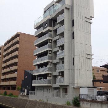 堀川沿いに建つオシャレマンション