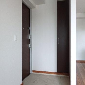 玄関はコンパクト(※写真は6階の同間取り別部屋のものです)